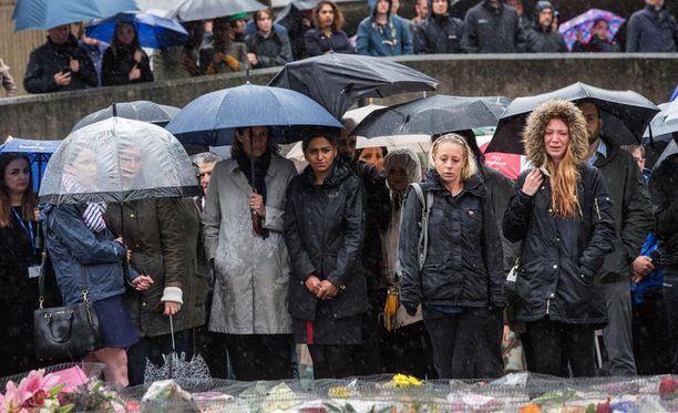 Ihmiset kokoontuivat London Bridgelle pitämään hiljaista hetkeä iskun uhrien muistolle tiistaina 6. kesäkuuta.