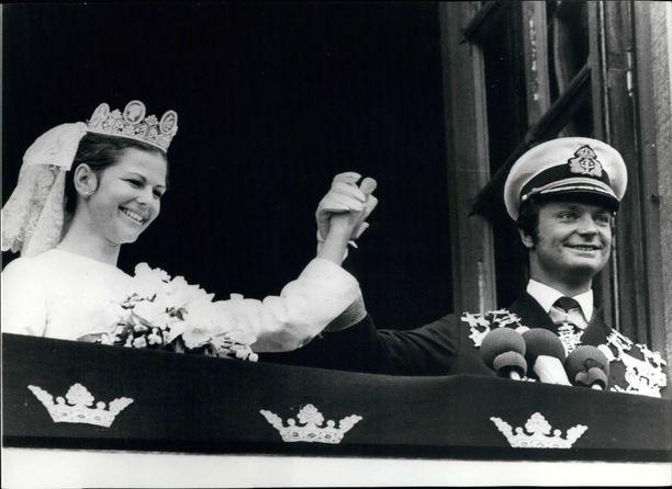 Ruotsin kuningatar Silvian ja kuningas Kaarle Kustaan rakkaustarina on kestänyt jo yli 40 vuotta. Pari tapasi olympialaisissa, ja häitä vietettiin Tukholmassa kesällä 1976. Saksalaissyntyinen Silvia häikäisi Diorin hääpuvussa.
