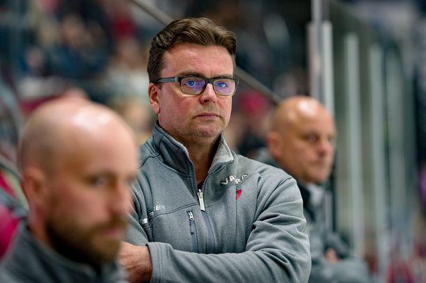 Uusi päävalmentaja Pekka Tirkkonen aikoo saada ryhtiä JYPin peliin. Harjoitusottelut jättivät siihen vielä toivomisen varaa.
