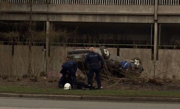 Auto päätyi katolleen Sörnäisten Rantatiellä.