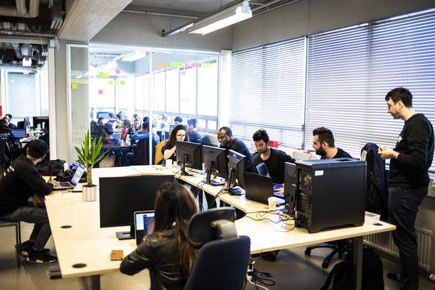 Kuvassa Integrify-yrityksen koodari-koulutuksessa olevia maahanmuuttajia.