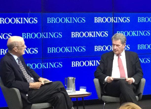 Sauli Niinistö ja Yhdysvaltain entinen varaulkoministeri Strobe Talbott ajatushautomo Brookings Institutionin tilaisuudessa Washingtonissa.