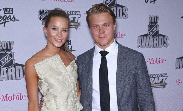 Emmi Kainulainen ja Mikael Granlund ovat poikavauvan vanhempia.