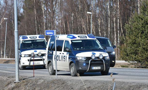 Poliisi epäilee pakenijoita muun muassa murhan yrityksestä.