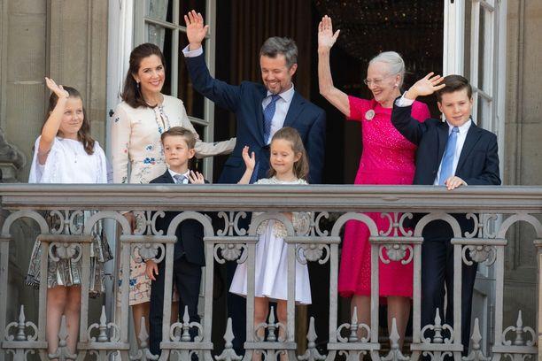 Tanskan kuninkaalliset tervehtivät lauantaina kansaa Frederikin 50-vuotissynttäreiden kunniaksi.