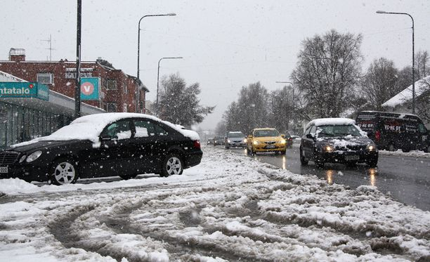 Ensi maanantaina liikenteessä on syytä olla tavallistakin varovaisempi. Keli voi näyttää tältä. Kuva Kuusamosta huhtikuun lopulta vuodelta 2014.