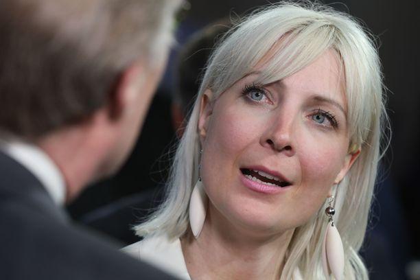 Laura Huhtasaaren mukaan oikea tapa hyödyttää Suomen vientiä on palata omaan valuuttaan.