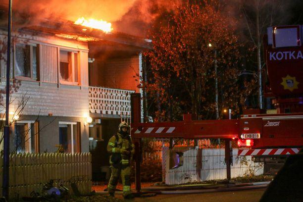 Tulipalo sai alkunsa asunnon ulkopuolelta.