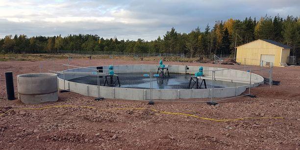 Tämä vaatimattoman näköinen allas takaa sen, että Fifaxin tehdas kuluttaa uutta vettä ultravähän. Allas tulee saamaan katoksen, mutta se ei ole välttämättömyys.