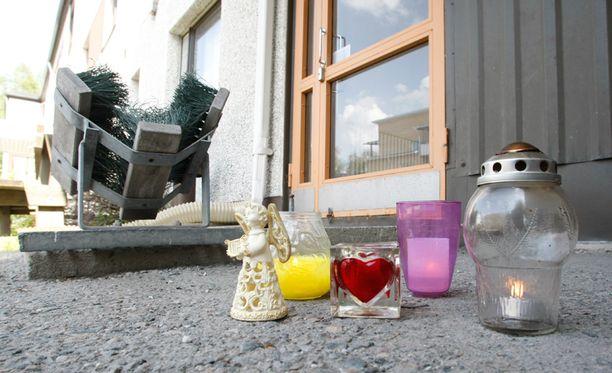 Naisen asunnon edustalle tuotiin torstaina kynttilöitä.