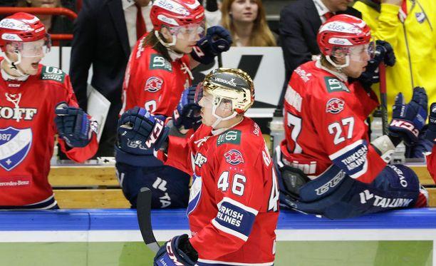Kultakypärä Teemu Ramstedt teki joukkueensa voittomaalin.