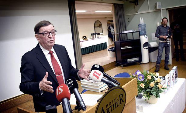 """""""Outoihin uutisiin on luonnollinen selitys: on meneillään puolueen kaappausyritys"""", Väyrynen kommentoi rahakohua sunnuntaina verkkosivuillaan."""