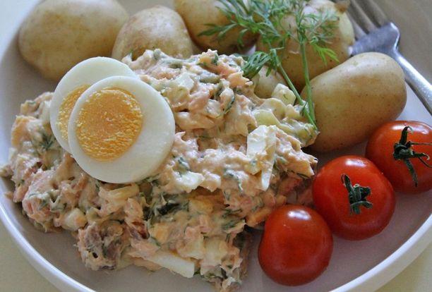 Savulohilisukkeen ja perunoiden kaveriksi voi valmistaa esimerkiksi kevyen salaatin.
