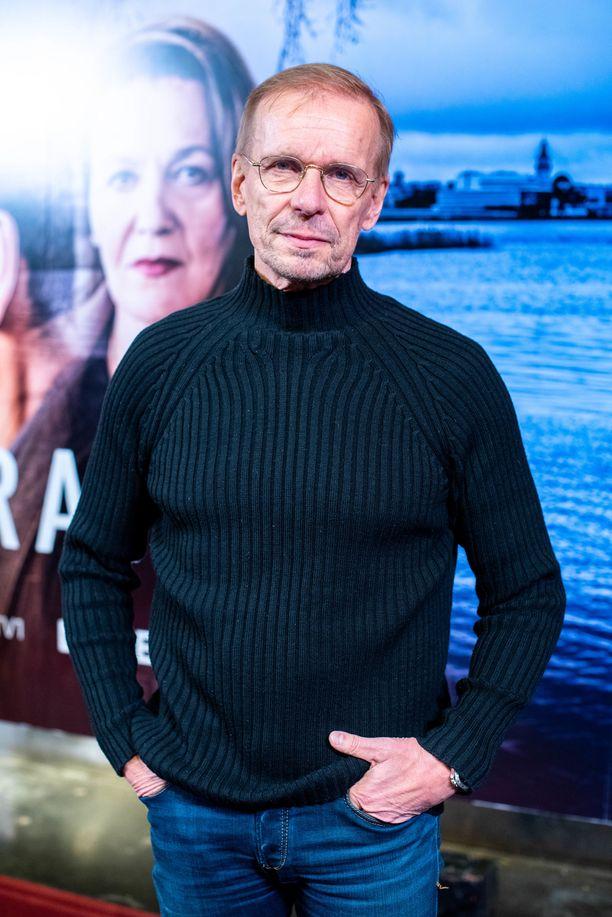 - Kivoja tällaiset kuvauspyrähdykset nyt, kun pystyn tekemään niitä, Jukka Puotila sanoo roolistaan Paratiisi-sarjassa ja kertoo, että hänet nähdään myös Syke-sarjassa.