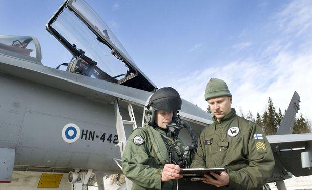 Pirkkalan hävittäjälentolaivueen laivueupseeri kapteeni Tuukka Elonheimo (vas.) ja lentokonehuoltoaliupseeri ylikersantti Tero Hellman kuvattuna 2012.