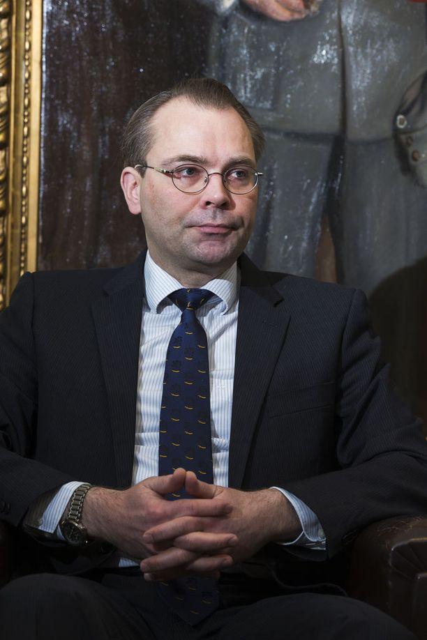 """Puolustusministeri Jussi Niinistön mukaan tarvittavat ehdotukset säädösmuutoksiksi valmistellaan mahdollisimman pian siten, että ne ovat """"toivottavasti eduskunnan käsittelyssä vielä kevätistuntokaudella""""."""