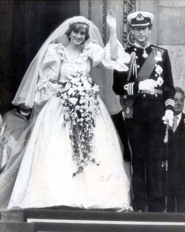 Vuonna 1981 prinssi Charlesin ja nuoren Diana Spencerin häitä seurasi arviolta jopa miljardi ihmistä. Diana oli vasta 20-vuotias avioituessaan. Morsian asteli alttarille isänsä jaarli John Spencerin saattelemana muhkeassa norsunluunvärisessä silkkipuvussa, jossa oli valtavat puhvihihat ja peräti seitsemän metriä pitkä laahus. Unelmaparin liitto kariutui virallisesti 15 vuotta myöhemmin. Vuosi avioeron jälkeen Diana kuoli auto-onnettomuudessa.