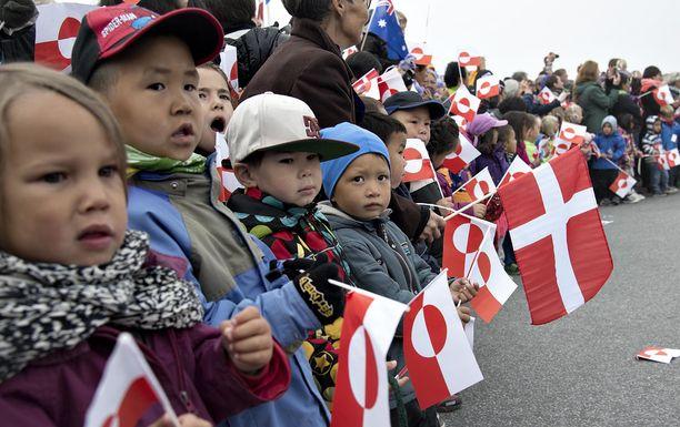 Emämaa Tanskan kuningaspari sai lämpimän vastaanoton Grönlannin pääkaupunki Nuukissa.