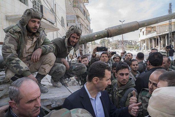 Bashar al-Assad kävi kiittelemässä sotilaitaan Itä-Ghoutassa.