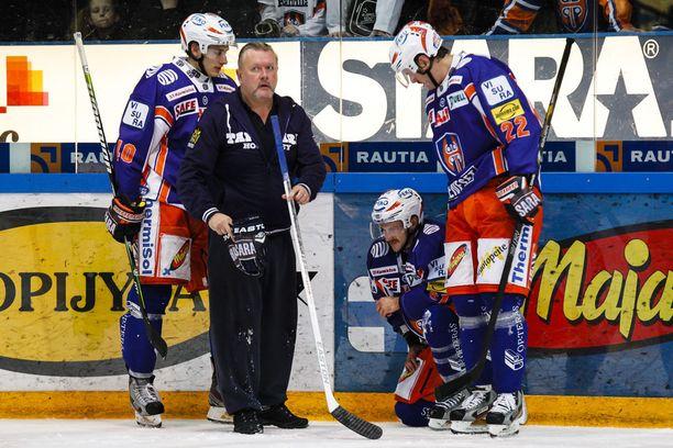 Veli-Matti Pohjonen auttaa Tapparan miehiä kaukalossa ja sen ulkopuolella.