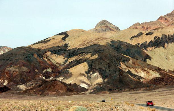 Tämä Death Valleyn tieosuus on vielä suhteellisen turvallinen. Hurjempaakin löytyy.