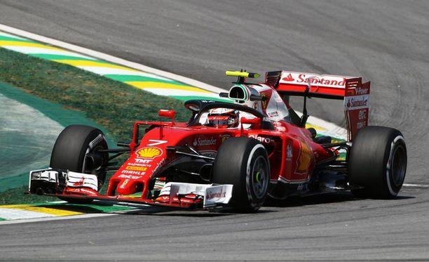 Kimi Räikkönen saa selittää ajolinjojaan Brasilian GP:n tuomaristolle.