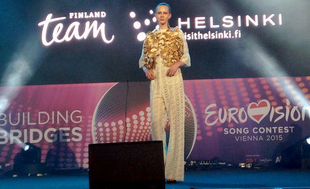 Suomalainen muotitalo esitteli malliston, josta ei pitsiä ja kimmalletta puuttunut.