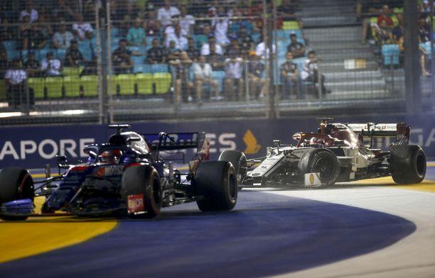 Daniil Kvjat ja Kimi Räikkönen kolaroivat Marina Bayn radan ykkösmutkassa.