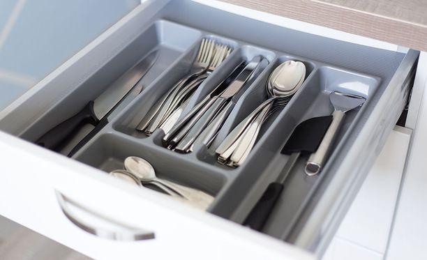 Veitset kannattaa säilyttää siten, etteivät ne ole kosketuksissa toistensa tai muiden keittiövälineiden kanssa.