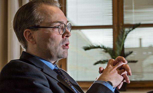 Puolustusministeri Jussi Niinistön mielestä EU:n pitäisi pohtia syvemmin, mitä unionin jäsenmaiden keskinäinen avunanto ja solidaarisuus tarkoittavat käytännössä.