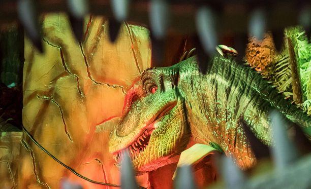 Isä toi dinosaurukset tyttärensä ikkunan taakse.