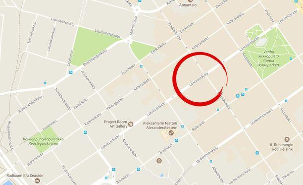 Nainen kolaroi kolmea autoa Helsingin Lönnrotinkadulla.