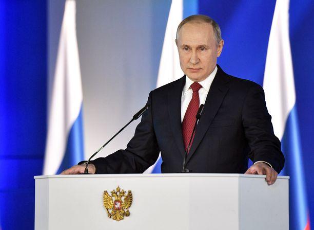 Venäjän presidentti Vladimir Putin kertoi keskiviikkoisessa puheessaan haluavansa muuttaa presidentin asemaa pääministerin hyväksi. Puheen jälkeen kerrottiin Venäjän hallituksen yllättäen eronneen.