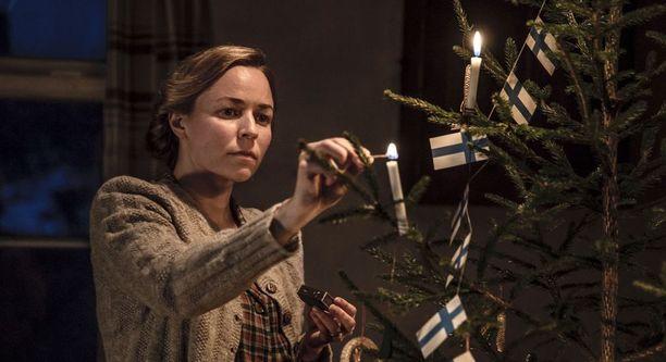 Kotipuolessa sotilaiden perheenjäsenillä oli joulunakin jatkuva huoli maamme tulevaisuudesta ja rintamalla olevista perheenjäsenistä, isistä, veljistä, pojista ja aviomiehistä. Kuvassa Tuntematon sotilas -elokuvassa nähtävä Rokan vaimo, jota näyttelee muusikkona, ohjaajana ja näyttelijänä uraa luonut Paula Vesala.