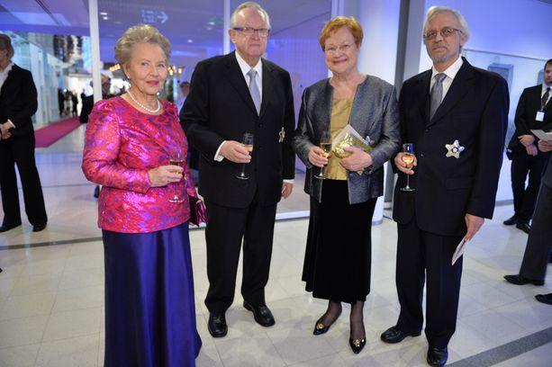 Presidenttiparit Eeva ja Martti Ahtisaari sekä Tarja Halonen ja Pentti Arajärvi kuvattiin nauttimassa kuohujuomaa ennen konsertin alkua.