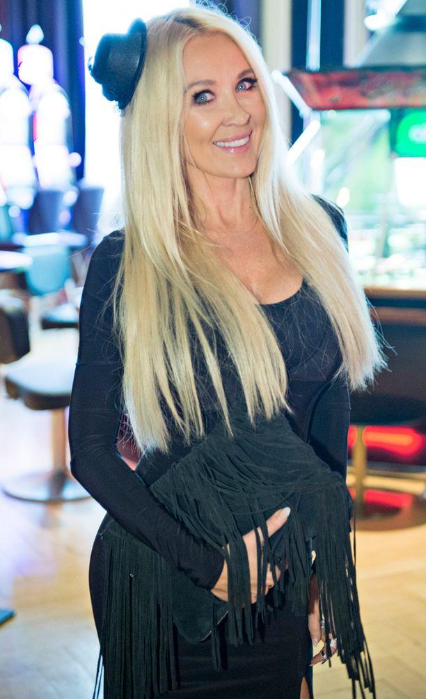 Susanna Penttilä edusti omassa Férrer-liikkeensä mekossa.-Tykkään yhdistellä pukeutumisessa kallista ja halpaa. Kengät ovat Louboutinin, mutta laukku Zaran.