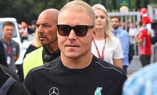 Valtteri Bottas pisti hommaa jännittävämmäksi Monzan osakilpailussa avittamalla tallikaveriaan.