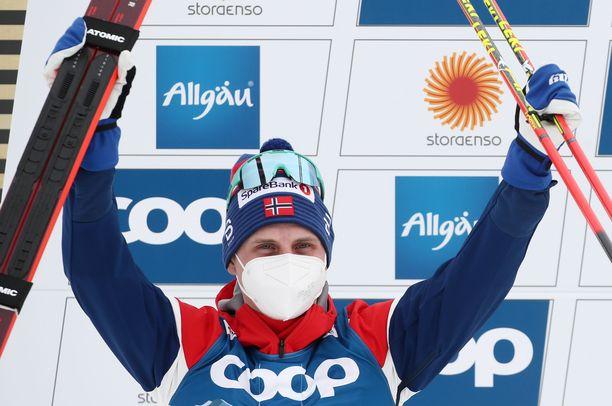 Simen Hegstad Krüger voitti 15 kilometrin hopeaa, mutta se ei riittänyt viestipaikkaan.