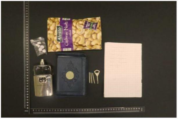 Abderrahman Bouananen olkalaukussa oli Koraani, pähkinöitä, muistivihko, avain, korvakuulokkeiden tulppia ja hajuvettä.