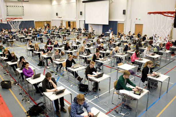 Terveystiedon koe suoritettiin perjantaina ensimmäistä kertaa sähköisesti. Tässä kuvassa vasta kokeiltiin sähköisen ylioppilaskokeen tekemistä. Kuva on otettu Ylöjärvellä keväällä 2015.