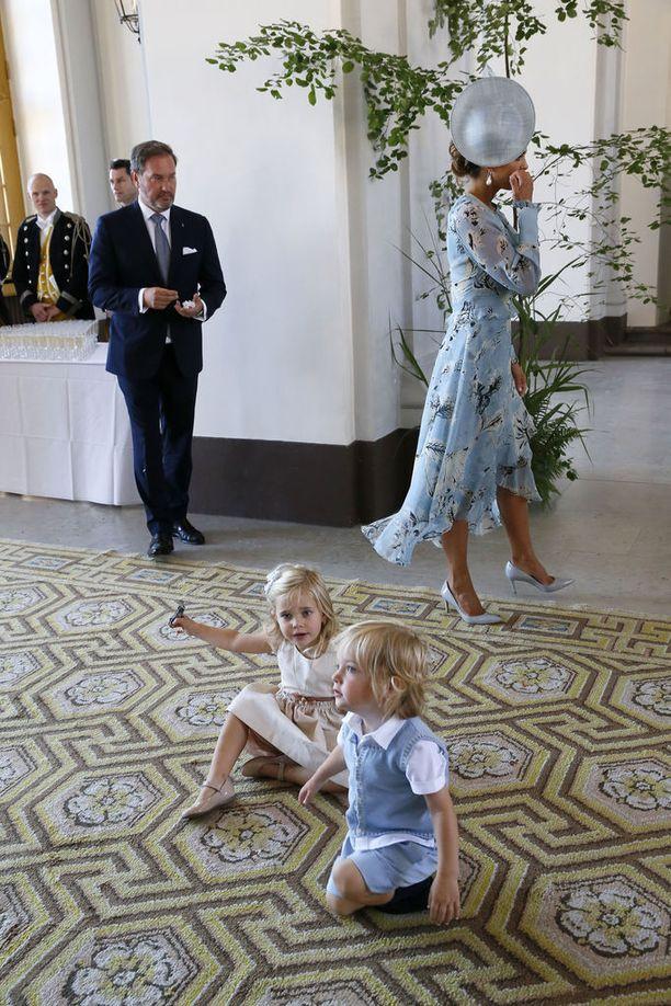 Vanhemmat pohtivat, mitä tehdä leikkisille pikkukuninkaallisille...