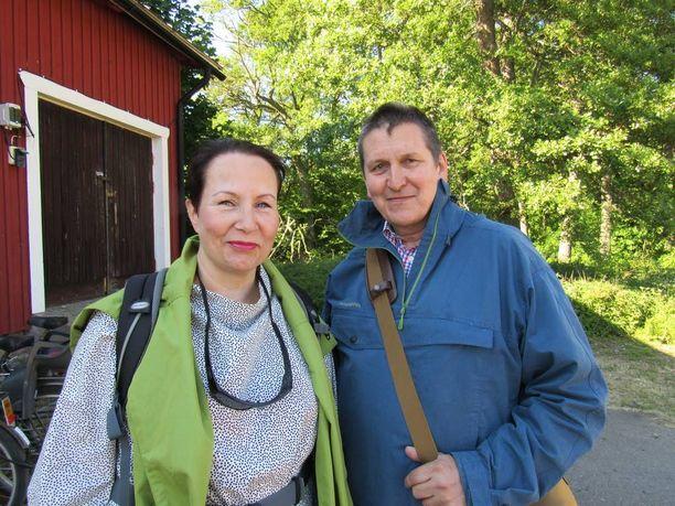 Ex-ministeri Suvi-Anne Siimes ja aviomies Kari Pekkilä veneilivät Kemiön saaristossa ja juhlivat nuoruutensa 28. kilhlapäivänsä Örön vanhalla sotilasaarella.