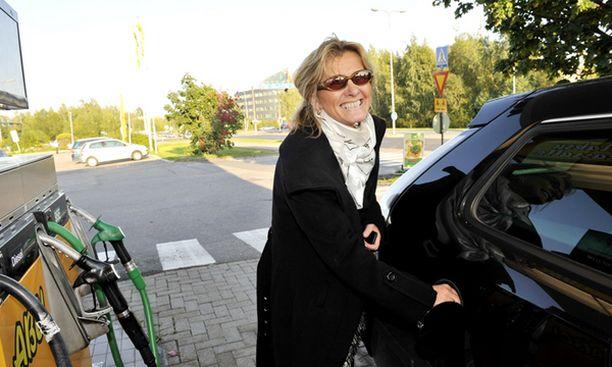BENSAA TANKKIIN. Ulla-Riitta Hintze tankkaa bensiiniä Saabiinsa Espoon Tapiolan ABC-asemalla. – Olen kyllä vakavasti harkinnut dieselauton ostoa, ja minulla on ollutkin dieselauto, hän sanoo.