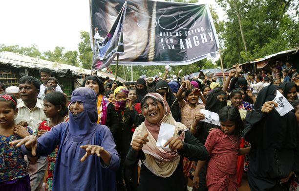 Ryhmä rohingya-muslimeja osallistuu mielenosoitukseen Kutupalongin pakolaisleirillä Bangladeshissa.