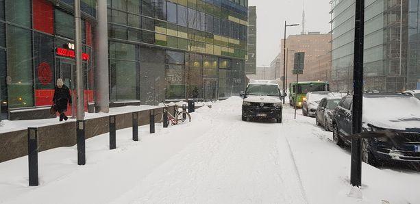 Virkavaltakin vältti lunta ja sen täyttämiä pysäköintiruutuja parkkeeraamalla keskelle jalkakäytävää kiinalaisen ravintolan eteen Helsingin keskustassa.