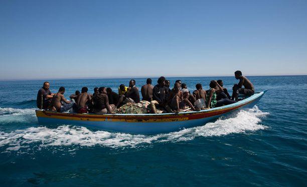 Tuttu näky Välimerellä. Pakolaisia täynnä oleva vene.
