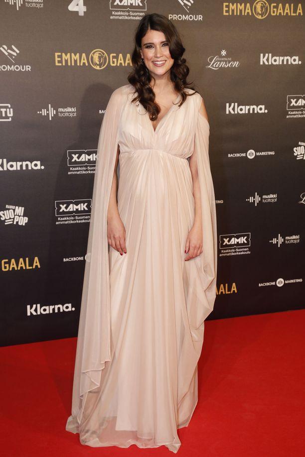 Esikoistaan odottava Maryam Razavi säihkyi vaaleassa asussaan.