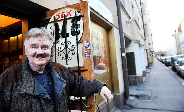 Sjöberg pitää edelleen seksikauppaa Roobertinkadulla. Nykyään puoti on pitkälti kahvila vanhoille tutuille.
