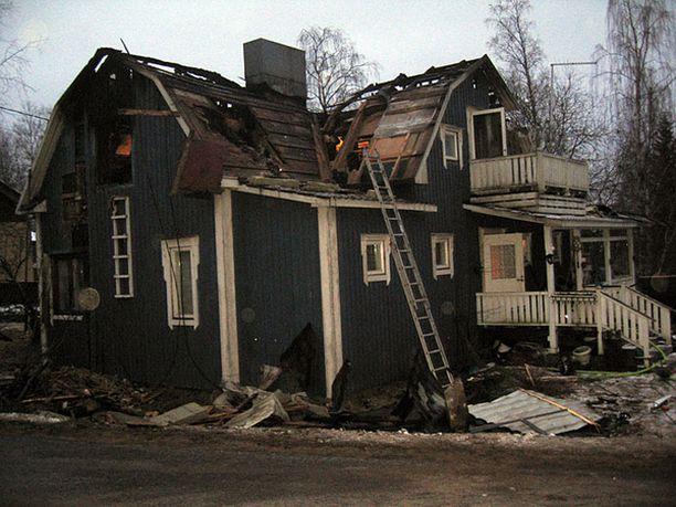 Talo tuhoutui palossa purkukuntoon.