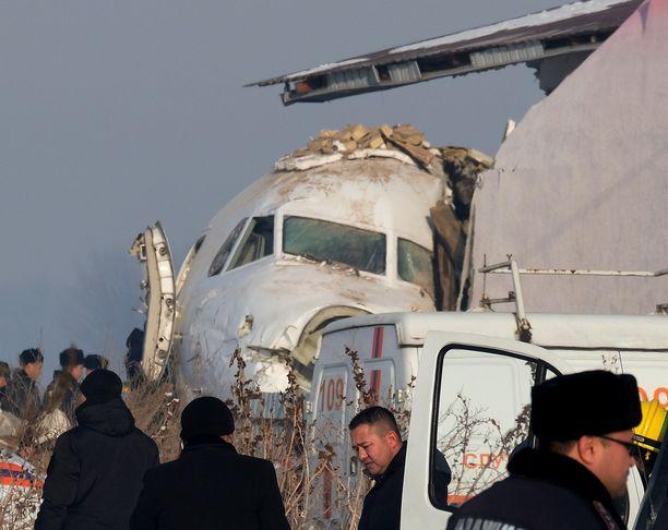 Lentokone törmäsi lopuksi kaksikerroksiseen rakennukseen. Koneessa olleiden onneksi se ei syttynyt tuleen.